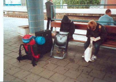 Die Kinder morgens am Bahnhof
